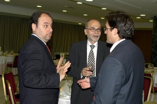 Manuel Carrillo charlando animadamente en Cena Gala